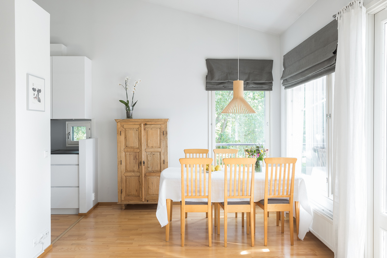 Ruokailutila on myös valoisa ja ikkunat sekä päätypihalle etelään ja merelle länteen. title=