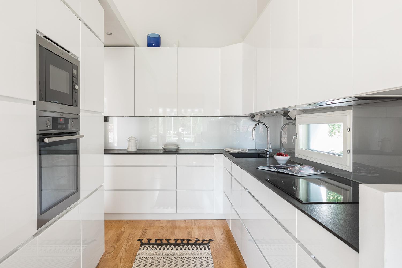 Uusittu keittiö on tyylikäs ja valoisa sekä täällä on runsaasti säilytystilaa. title=