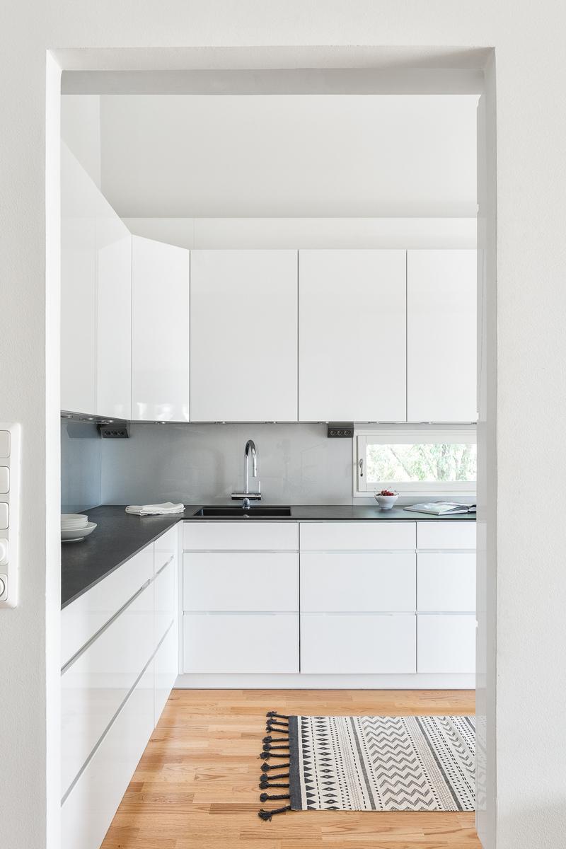Keittiön ja olohuoneen välisen seinän luona on myös takkavaraus. title=