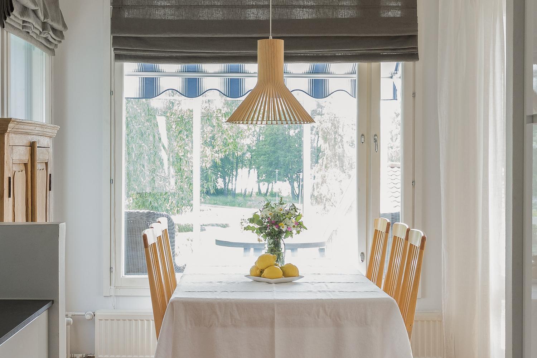 Kaunis puisto- ja merinäkymä avautuu ruokailutilan ikkunasta title=