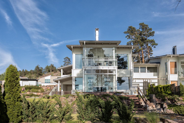 Upea talo suurilla ikkunoilla merelle.