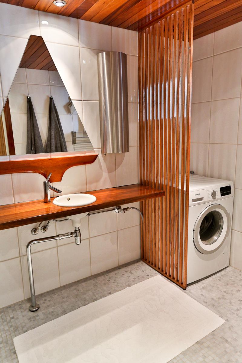 Pesuhuoneessa on tilaa pesutornille ja pyykin kuivaukseen title=