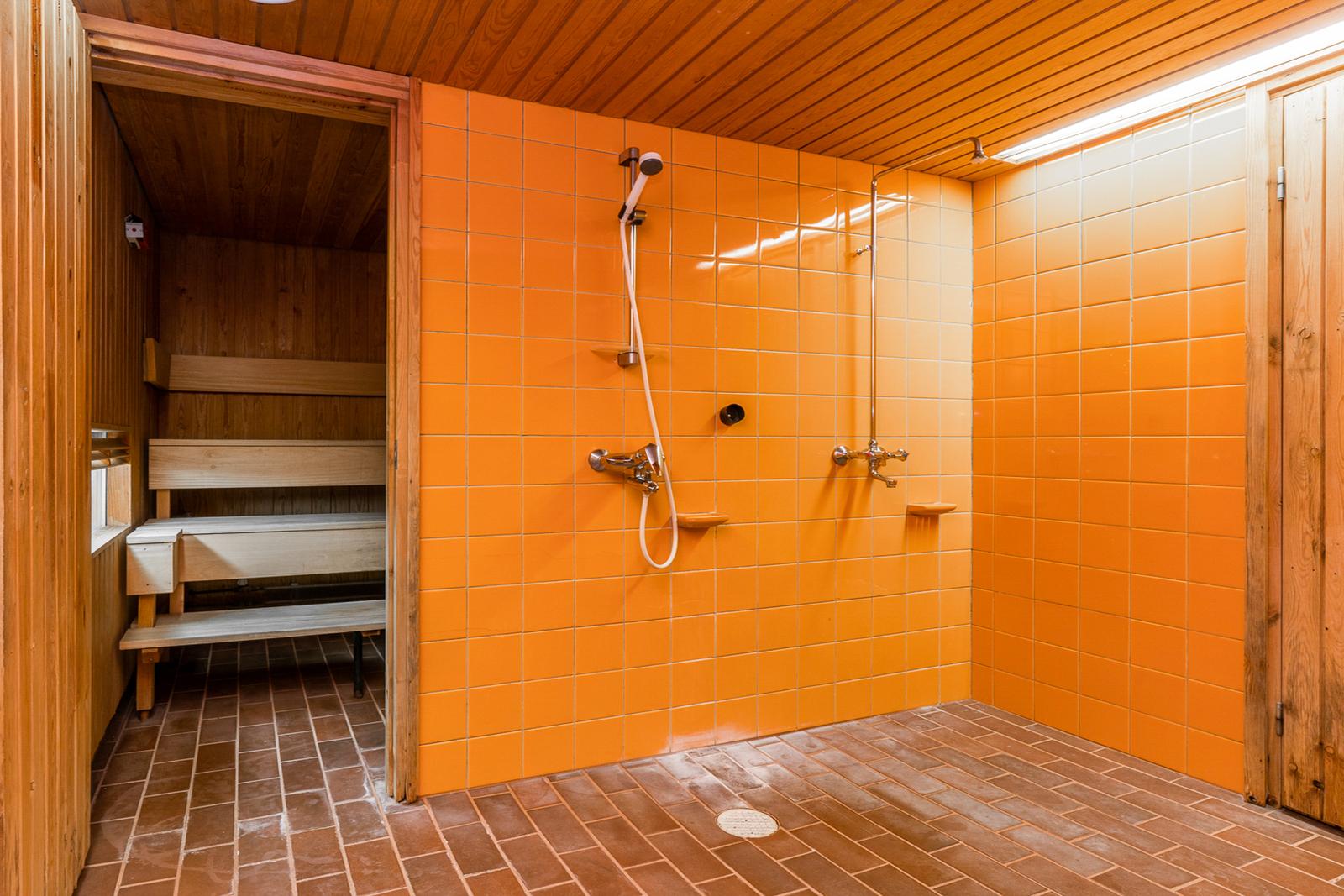 Saunan yhteydessä on tilava suihkuhuone ja erillis-wc title=