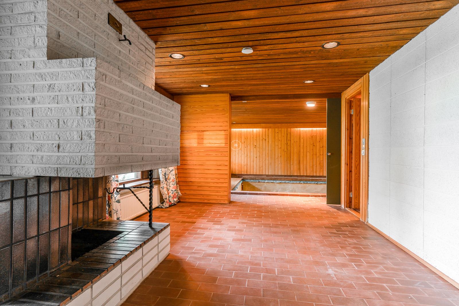 Saunaosastolla on takkahuone ja uima-allas title=