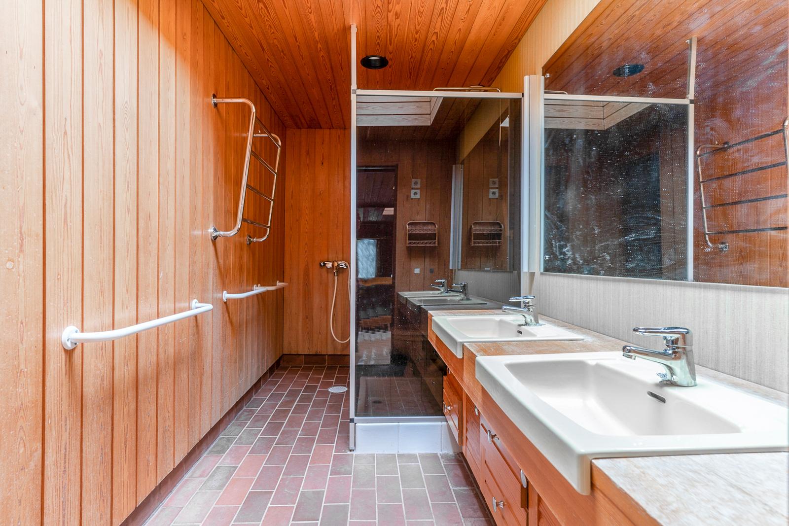 Kylpyhuoneessa voi peseytyä kattoikkunasta tulevassa luonnonvalossa title=