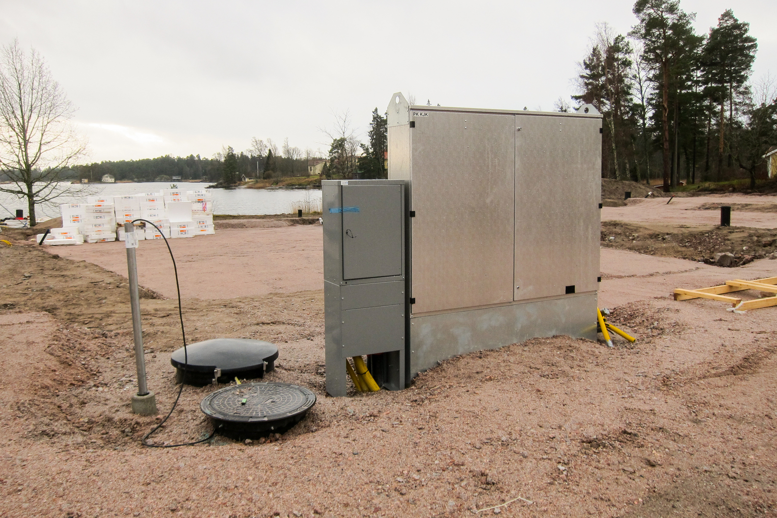 Sähköjohdot sekä vesi- ja viemäriputket on vedetty rakennuspaikan viereen valmiiksi title=