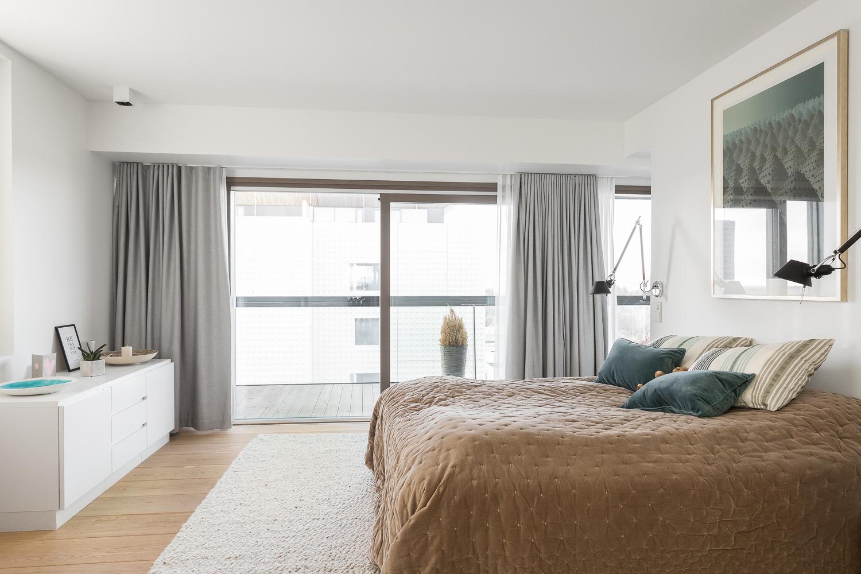 Suuren päämakuuhuoneen yhteydessä on oma lasitettu terassiparveke, vaatehuone ja kph/s. title=