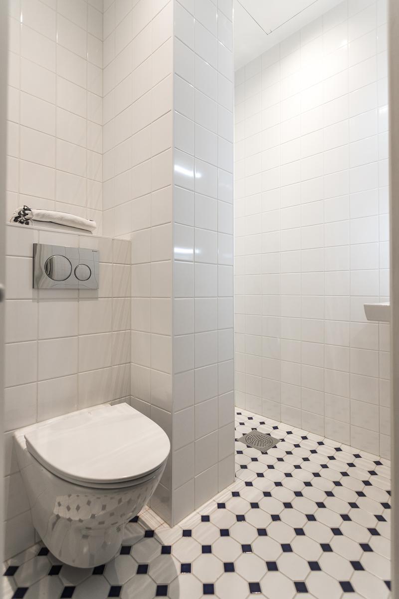 Pienempi kylpyhuone. title=