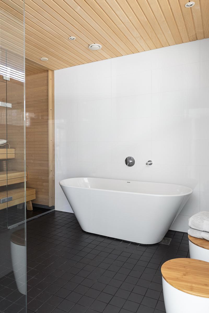 Saunan pesuhuoneessa voi rentoutua kylvyssä title=