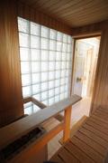 Sauna lasitiiliseinällä ja ikkunalla