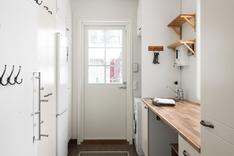 Toimivassa kodinhoitohuoneessa on erillinen sisäänkäynti kurastopperilla.