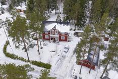 Suojaisa pihapiiri punaisine rakennuksineen muodostaa yhtenäisen kokonaisuuden.