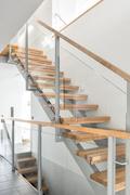 Ilmavat teräsrunkoiset portaat lasikaiteilla