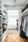 Master bedroomin walk in vaatehuone, josta myös käynti käyttöullakolle