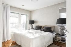 Master bedroom, josta on käynti katetulle parvekkeelle etelään/länteen.