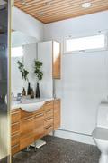 Yläkerran kylpyhuone on sijoitettu kahden makuuhuoneen väliin.