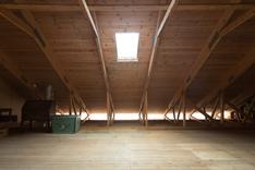 Ullakko jonka kattoon voi tehdä useita ikkunoita.