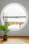 Kaunis pyöreä ikkuna hurmaa avoimella merimaisemalla.