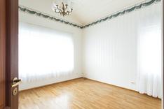 Makuuhuone, jossa erillinen vaatehuone