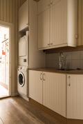 Apukeittiössä on pyykinpesukone, kuivausrumpu sekä kaappitilaa.