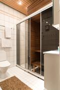 Ensimmäisessä kph:ssa on sauna, jossa on sähkösauna- ja höyrysaunatoiminnot sekä wc.