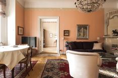 Ison olohuoneen kruunaa kaunis kaakeliuuni, joita asunnossa on kolme kappaletta.