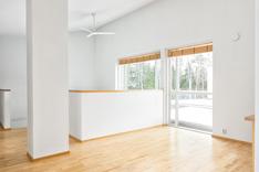 Yläkerran aula soveltuu myös tarvittaessa työtilaksi tai makuuhuoneeksi