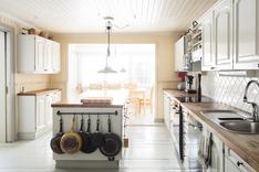 Näkymää keittiöstä arkiruokasaliin
