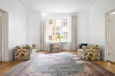 Olohuoneen vastapäätä on tilava sisäpihan puoleinen ruokailu- tai olohuone.