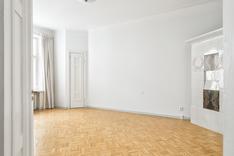 Sisäpihan puoleisessa päämakuuhuoneessa on tunnelmallinen kaakeliuuni ja kiinteä komero.