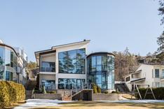Upea talo meren ääressä.