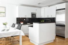 Keittiön ja olohuoneen erottaa saareke