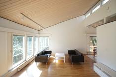 Olohuone korkealla katolla ja suurilla ikkunoilla