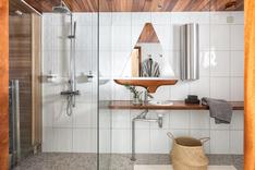 Pesuhuoneessa on puusepän valmistama lakattu teak työtaso ja yksilöllinen mahonkinen purjevenepeili