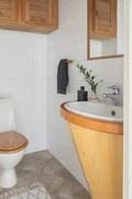 Alakerran wc, jossa puusepän loihtimia yksityiskohtia.