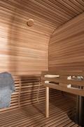 Löylyhuoneen kauniit Eucalyptus muotolauteet ja paneloinnit ovat myös puusepän valmistamat