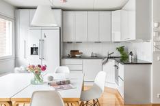 Tyylikkään ajaton Saari keittiö, jossa tilankäyttö on hyödynnetty tarkkaan.