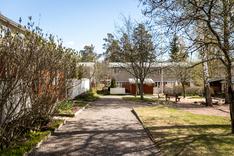Taloyhtiön rakennukset muodostavat suojaisan ja viihtyisän pihapiirin.