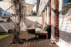 Villiviinin kehystämä patio on kutsuu rentoutumaan.