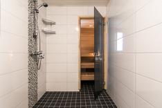 Tilava kylpyhuone ja sauna on remontoitu 2016.