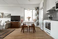 Keittotilan yhteydessä on tilaa ruokapöydälle.