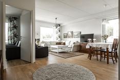 Makuuhuoneet on sijoitettu erilleen toisistaan, joista toinen on oh vieressä.