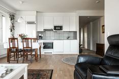 Keittotila on raikkaan valkoinen ja tarvittaessa saarekekin mahtuu tähän tilaan.