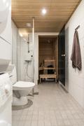 Pesuhuone on pitkä ja perälle mahtuu vaatekaappi.