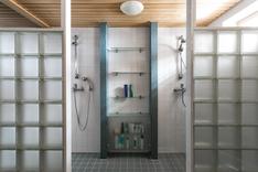 Lasitiiliseinät erottaa suihkutilan.