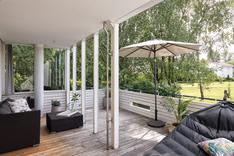 Iso osittain katettu terassipiha toimii kesällä olohuoneena.