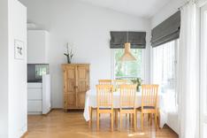 Ruokailutila on myös valoisa ja ikkunat sekä päätypihalle etelään ja merelle länteen.