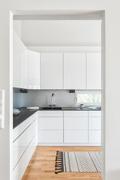 Keittiön ja olohuoneen välisen seinän luona on myös takkavaraus.
