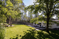 Upea valoisa nurmi ja terassi takapihalla