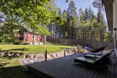 Oma erillinen saunarakennus takapihalla